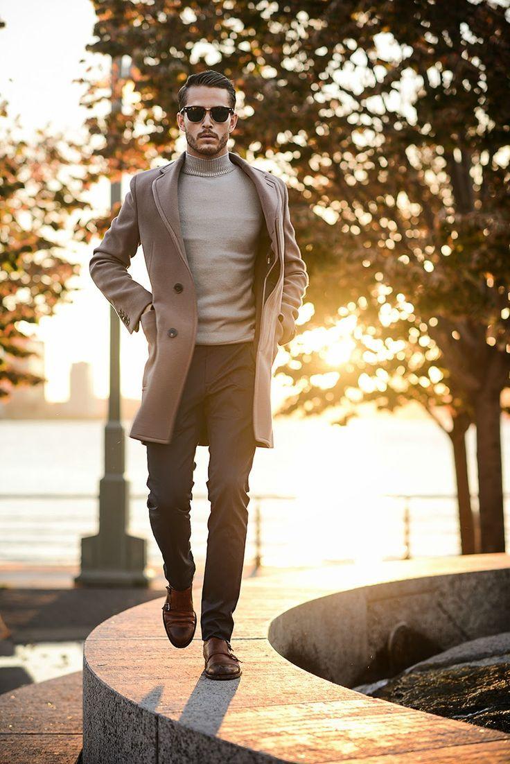 Acheter la tenue sur Lookastic: https://ca-fr.lookastic.com/mode-homme/tenues/pardessus-pull-a-col-roule-pantalon-de-costume-double-monks-lunettes-de-soleil/5607   — Lunettes de soleil brun foncé  — Pull à col roulé gris  — Pardessus brun  — Pantalon de costume noir  — Double monks en cuir bruns