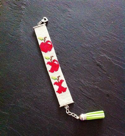 Bracelet manchette tissé à la main en perles Miyuki (perles de rocaille). Motif pomme ! Bead loom, cuff.