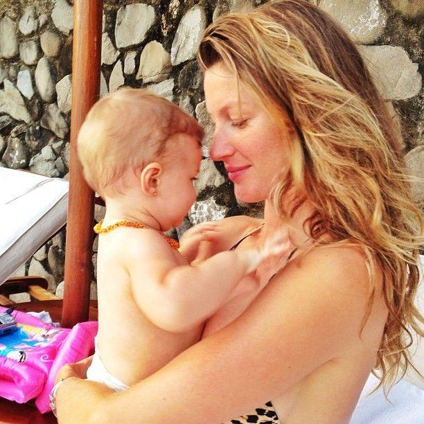 Gisele Bündchen posta foto abraçando a filha caçula