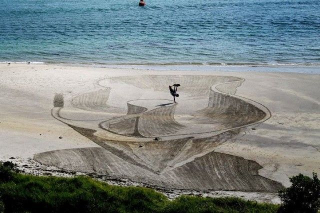 Awesome 3D Sand Drawings on the beach