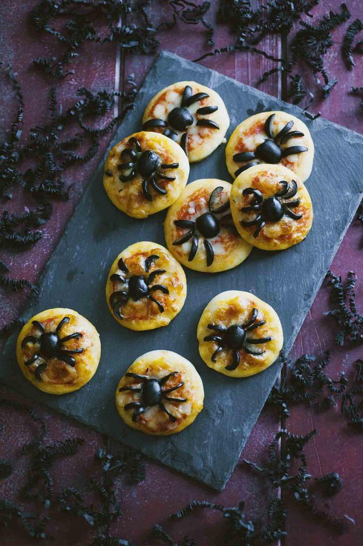 Pizzette ragno: Le #pizzette #ragno sono la ricetta perfetta per stupire tutti ad #Halloween, grandi e piccoli. Credimi, effetto da paura assicurato!