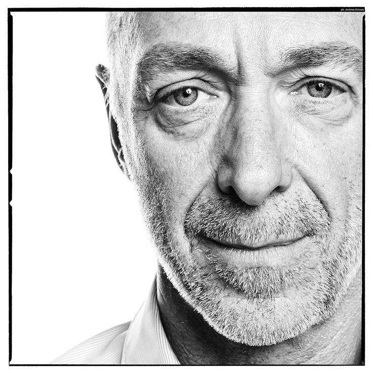 Nato a Foligno, 57 anni, sposato con due figli, Pasquale Di Molfetta, detto Linus, è direttore di Radio Deejay dal 1995, emittente in cui lavora dal 1984.
