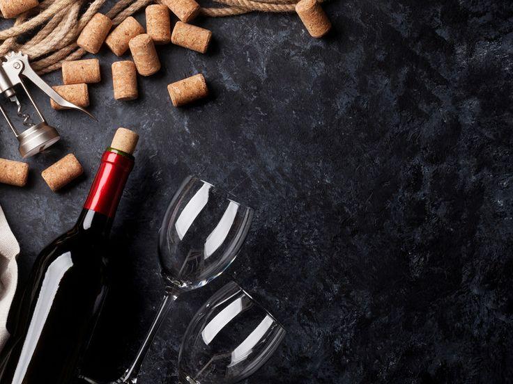Wenn mal kein Korkenzieher zur Hand ist: Wir zeigen 4 Möglichkeiten, wie man eine Weinflasche auch ohne Korkenzieher aufbekommt