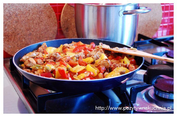 #kurczak z papryką i orzechami - prosty #przepis na #obiad  http://pozytywnakuchnia.pl/paprykowo-orzechowy-kurczak/  #papryka #orzechy #kuchnia