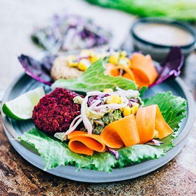 """De flesta grönsaker och rotfrukter går att forma till matiga """"vego-puckar"""", alltså platta biffar som du steker och bjuder med fräscha tillbehör – i salladsblad, kålblad eller bröd. Rödbetor är basen i de här läckert lilaröda puckarna, vilket ger en tydlig rödbetssmak."""