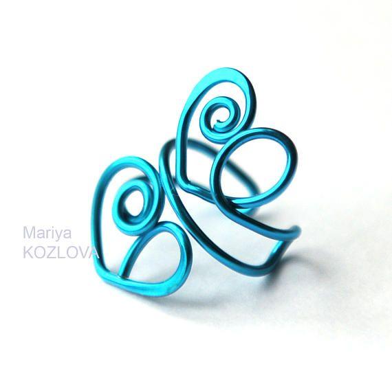 Ein schöne zierliche Muschel-Ohr Manschette mit zwei blauen Wirbel Herzchen. Dieses Modell der Ohr Manschette wird ein rechtes Ohr und linkes Ohr passen. All mein ohrmanschetten sind verstellbar - einfach zu beheben am Ohr durch Drücken der Finger auf der Earcuff montieren. Kein piercing