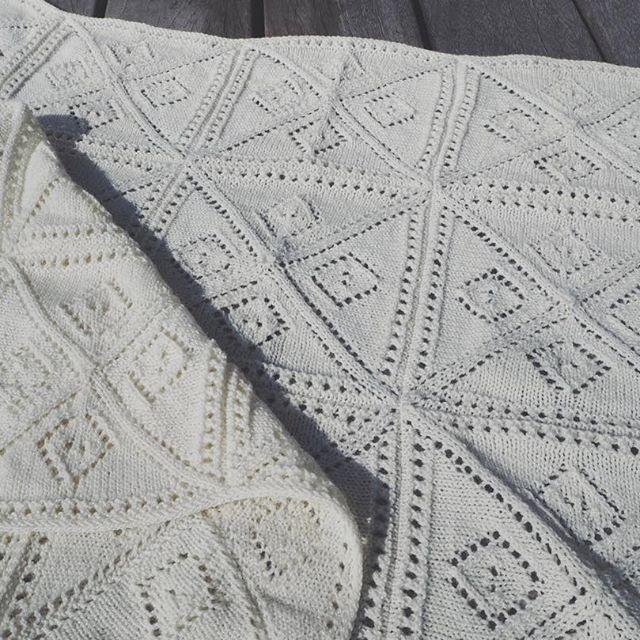 Denne opskrift på et strikket babytæppe kommer snart til salg på shoppen. Men hvad skal det hedde? 👶🏽 Kom gerne med et bud! Hvis vi vælger et af jeres forslag, så kvitterer vi med et gratis eksemplar af opskriften til vedkommende 🙏✨ #strikkeopskrift #strik #strikket #babytæppe #hæklettæppe #økologisk #garn #bcgarn #semillafino #knitting #organic #yarn #ecoknittingdk #igers #tagsforlikes #copenhagen #vsco #vscocam