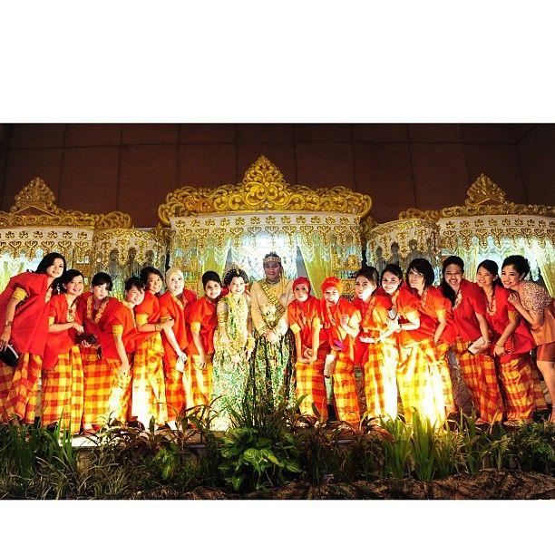 .@riskaanton | BFF #AKADNIKAH #seragam #bajubodo #merah #bridesmaid #bride #groom #love #we... | Webstagram