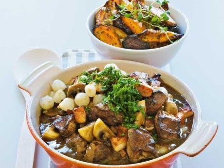 Recept på ragu med vildsvin. Ragun kan förberedas 2 dagar innan den ska serveras.Förkoka alla grönsaker och kyl ner. Vänd ner i grytan strax före servering så håller allt sig grönt och krispigt.