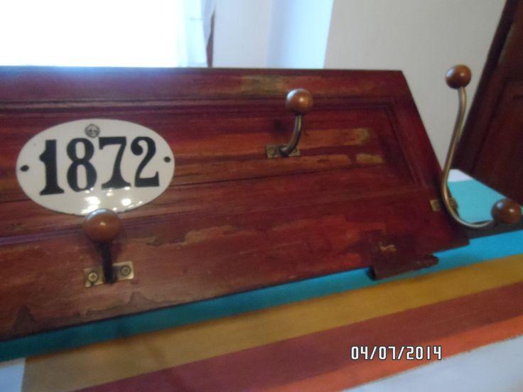 Perchero con postigo antiguo, con detalle de numero enlozado original