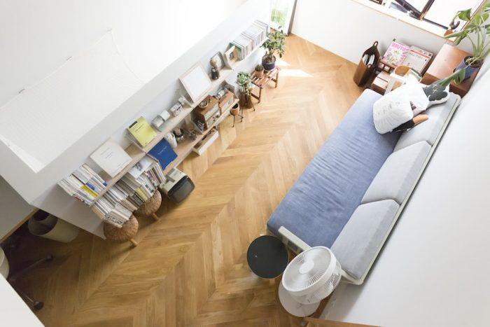 ロフトから眺める3階のリビング。床は無垢のオーク材で、平行四辺形の板を並べたフレンチヘリンボーンに。