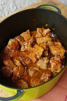 Sauté de veau au paprika : - 800g d'épaule de veau (en morceaux) - 50g de beurre ou 3 c. soupe d'huile - 1 verre de vin blanc (25cl) - 1 verre d'eau (25cl) - 1 gousse d'ail - 2 échalottes - 1 c. café de paprika - 1 c. soupe de concentré de tomate - 1 c. soupe de farine - sel/poivre - laurier - thym