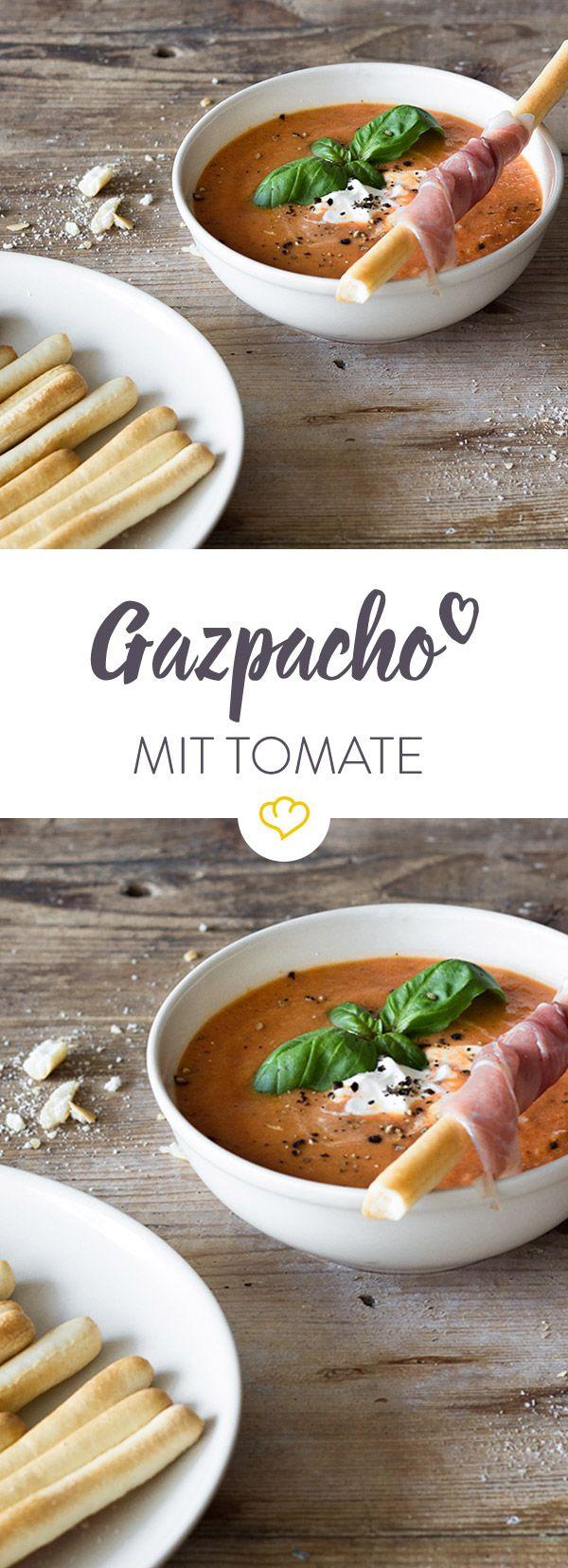 Erfrischung auf andalusische Art: eine leichte Tomaten-Gazpacho ist das ideale Gericht für den Sommer. Diese hier geht besonders schnell und ist damit ideal für heiße Tage, die man lieber im Freien statt in der Küche verbringt.