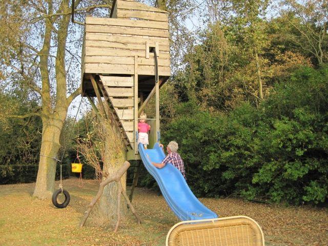 Baumhaus für Kinder garten bauen rutsche blau schaukel autoreifen