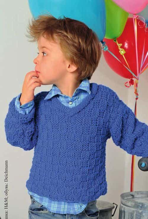 Модель симпатичного пуловера связанного спицами для мальчика 3 лет. Выполнен из акриловой пряжи шахматным узором. Схема и описание вязания.