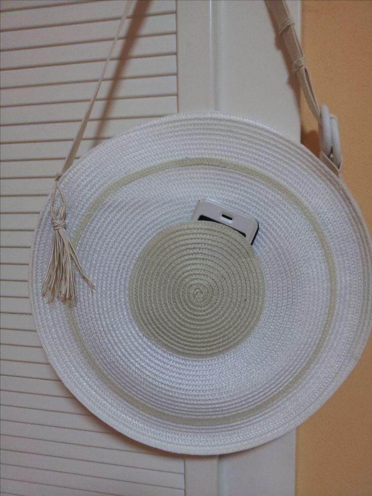 letní kabelka bílo-smetanová s přední kapsou
