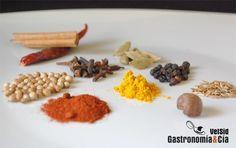 Baharat es el nombre que recibe una mezcla de especias de la cocina árabe. Esta mezcla se elabora a partir de las especias finamente molidas y suele utilizarse para dar sabor y aromatizar diferentes elaboraciones, sean carnes como el cordero, o pescados, además de sopas y cremas.El Baharat, como casi todas las mezclas de especias, varía según la zona y el cocinero que la elabore, hay mezclas que incluyen seis o siete especias y otras que incorporan hasta diez. Las especias más habituales en…