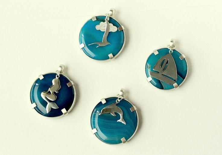 Colección Marina: Medallones de ágata azul y bisel de plata 950 texturado. Dijes calados a mano en plata 950, que pueden usarse por separado. Diseño propio Sil & Soul. Silvia Tapia.