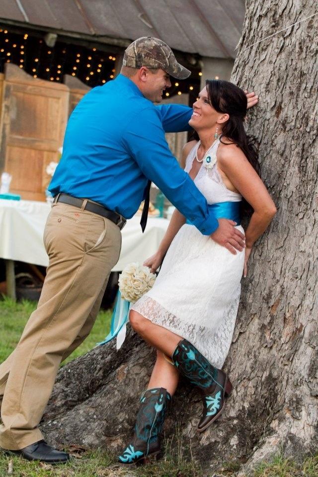 Zo een stoer bruidspaar van vandaag! Getrouwd met kinderen en allemaal in wit met blauw. Buitenhuwelijk met even stoere decoratie. Apart genoeg om even te bekijken, als je stoer genoeg bent.:)