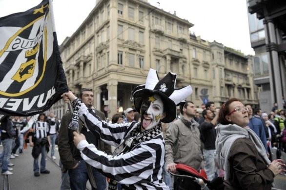 Juventus festa scudetto 2012, le foto del pullman dei bianconeri in mezzo ai tifosi