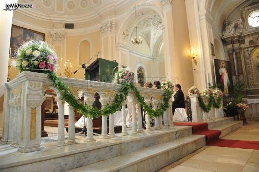 http://www.lemienozze.it/gallerie/foto-fiori-e-allestimenti-matrimonio/img19750.html Addobbi con fiori per il matrimonio bianchi e rosa per la cerimonia in chiesa