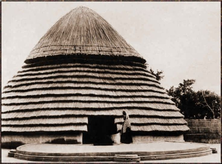 wildoute: House of a Fulani Chief's wife. Dalaba, Guinea   Photo by G. Labitte. ca. 1942