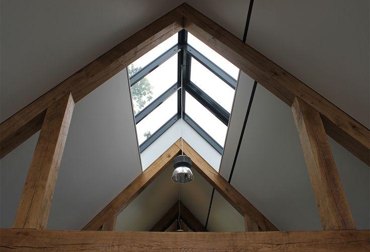 Een lichtstraat in de nok van de woning of op zolder maakt de ruimte lichter en ruimtelijker. Busscher Serrebouw / www.busscher-serres.nl