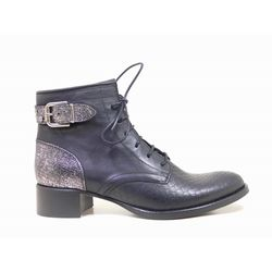 Angela est la paire de boots bi-matières qui donnera une touche rock and roll à votre look. On craque pour son laçage épuré. Et avec sa bride en métal avec rivets décoratifs et son contrefort elle vous séduira ! #boots #bottines #talons #heels #cuir #fashion #fashionista #shoes #shoeslover #shoesaddict #murattiparis #murattifashion #newcollection #ah2016 http://www.muratti-paris.com