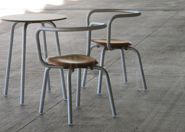 La primera colaboración del reconocido diseñador Konstantin Grcic con la compañía de mobiliario en aluminio Emeco es un juego de silla y mesa creadas para el nuevo Parrish Art Museum en Long Island diseñado por Herzog & de Meuron.