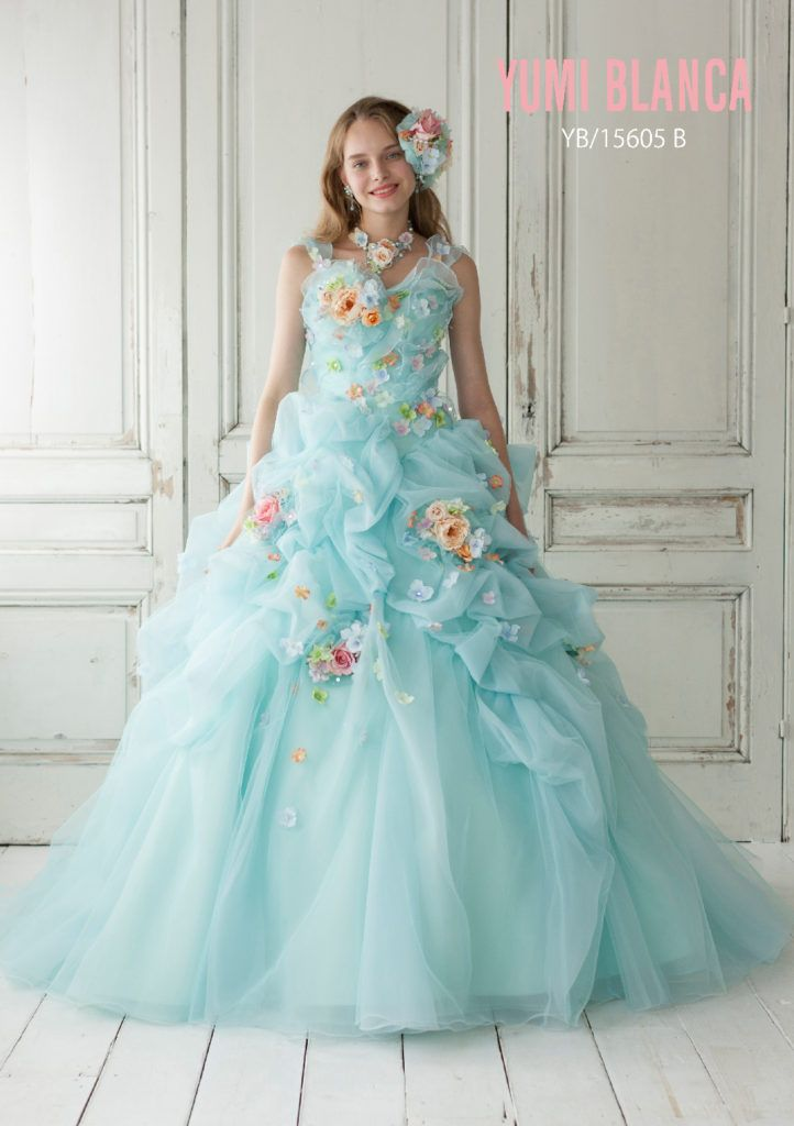 YB-15605 - 桂由美 カラードレス - ホップルスカートにフラワーモチーフが軽やかに揺れる、マカロンカラーのソワレ。 人気のフラワーモチーフを施し、マットなマカロンカラーに小花でカラーコントラストを付け、スカートの立体感がより甘く、華やかな雰囲気を引き立たせています。 多色感がカラードレスの重要なポイントになっており、爽やかなライトブルーは季節感を