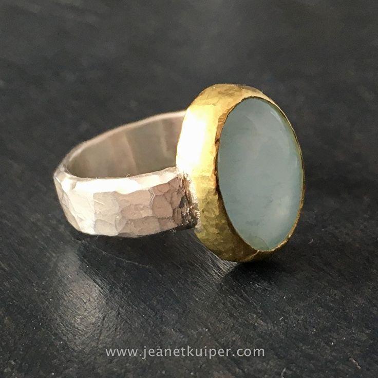 ring van gehamerd zilver en 18k geelgoud met grijsgroene chalcedoon