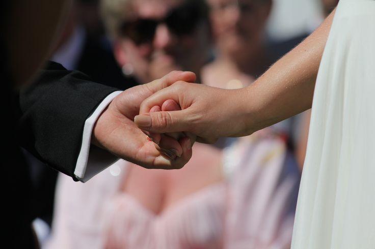 La mariée reçoit son alliance cérémonie laïque de mariage Credit Valérie Caloux