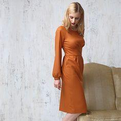 Новая коллекция бренда Lova уже в корнере «Trends Brands». Дизайнеры сосредоточились на создании непростой одежды на каждый день. В осенней коллекции строгие брючные костюмы и платья с воротничком сочетаются с расклешенными платьями с запахом и блузами с бантом. Теплое платье-футляр терракотового цвета создаст утонченный осенний образ для тех, кто любит плавные линии силуэта и винтажные элементы в стиле 70-х. #Цветной #Tsvetnoy #Lova #70 #НовыйСезон #Осень #Платье #TrendsBrands