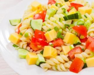 Salade de pâtes allégée aux légumes et au gouda : http://www.fourchette-et-bikini.fr/recettes/recettes-minceur/salade-de-pates-allegee-aux-legumes-et-au-gouda.html