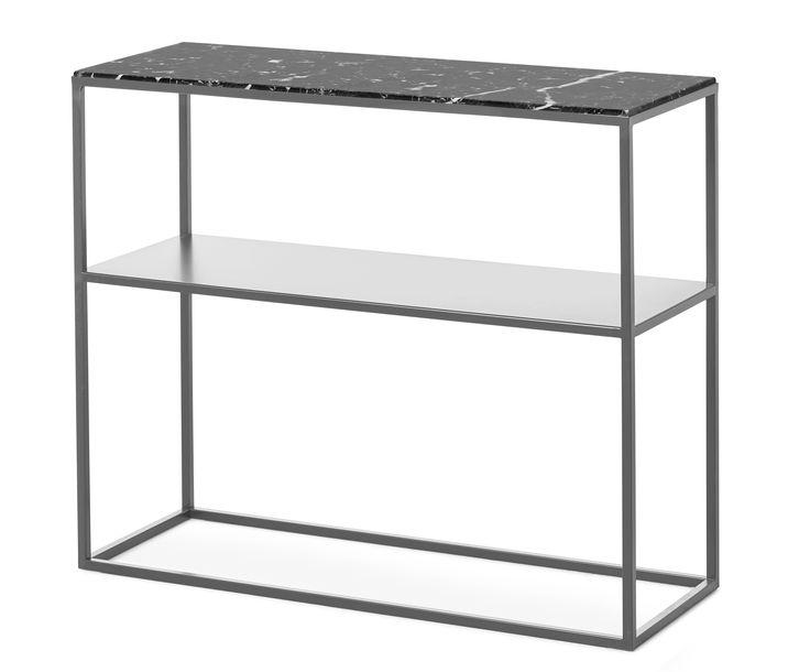 Ett elegant avlastningsbord med nätt och luftig design som blir ett vackert blickfång och en dekorativ inredningsdetalj i ditt hem. I tidlös design med spännande materialmix av massiv marmor och lackerad metall, får du ett bord som du har glädje av i många år framöver. Marmor är en natursten vilket gör varje skiva unik med ådring, nyans och glans som bidrar till den vackra ytan. Var noga att torka upp om du råkar spilla ut något på skivan, då marmor är ett poröst material som drar åt sig…