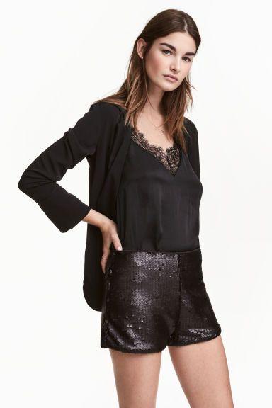 Short à paillettes: Short court en mesh brodé de paillettes. Taille haute avec élastique dissimulé. Doublé jersey.
