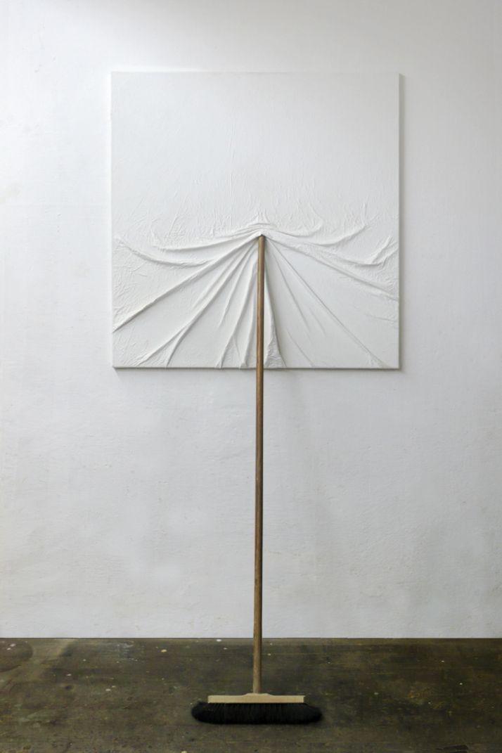El artista austríaco Markus Hofer crea objetos mediante imaginativas intervenciones en nuestro entorno. Sus objetos crean esculturas extraordinarias que, aunque procedentes de objetos reales, nos introducen en un universo de excentricidad, desconcertante y nos fascina a través del descubrimiento constante.