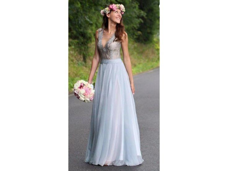 Splývavé společenské šaty s krajkovým živůtkem šaty mají jemný krajkový živůtek s hlubokým V výstřihem dominantou šatů je bohatá sukně ušitá z 18 metrů šifonu