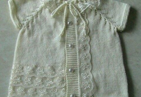 Beyaz dantelli bebek örgü yelek