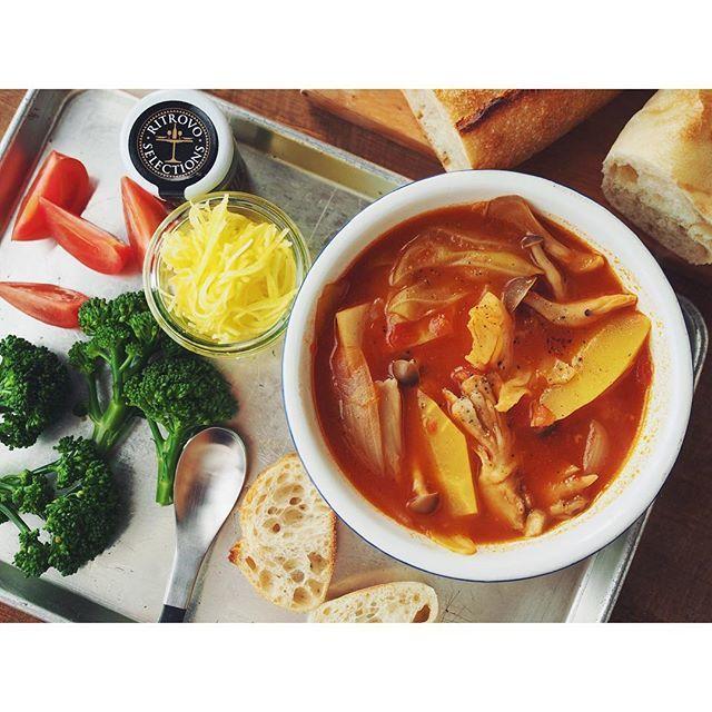 fujifab12 on Instagram pinned by myThings スープは昨日のトマト鍋をちょっとアレンジしたもの。  トマト鍋はオリーブオイル、にんにく、トマト缶、トマトジュース、ブイヨン、塩胡椒、味噌、醤油、ソース、トマトケチャップ、白ワイン、熟成ゴーダ  鶏もも肉、黄色にんじん、春キャベツ、しめじ、エリンギ、舞茸、玉ねぎ  〆はお米、熟成パルミジャーノ、産直たまご、自家製乾燥バジルでリゾットにしました。ピザ献立のイエスタデイ…パスタ作るのが面倒くさくてあるもので適当に鍋にしましたが、とても美味しかったです〜 #foodpic#feedfeed@thefeedfeed#管理栄養士#dietitian#ヘルシー#healthy#朝ごはん#おうちごはん#breakfast