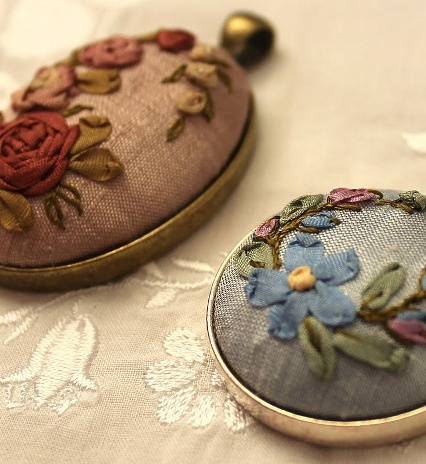These embroidered brooches are beautiful. If only I could embroider.