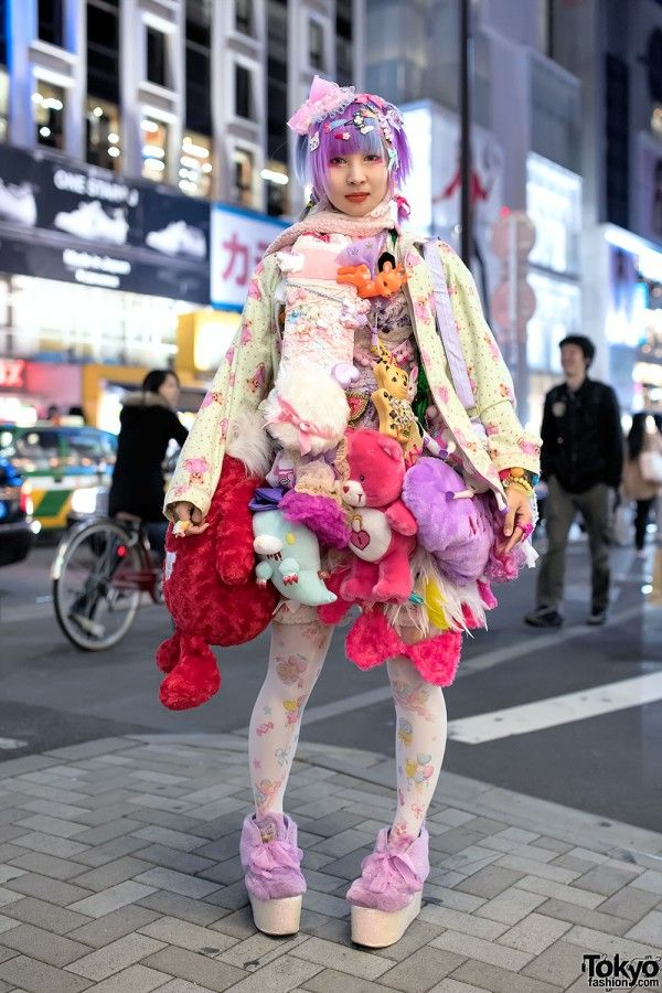 Zen Chun is an independent designer with purple-blue hair who we met on the street in Harajuku. She designs kawaii accessories under the brand name Omocha Hotel. You might also recognize her from her street snaps in the Japanese fashion magazine Kera.