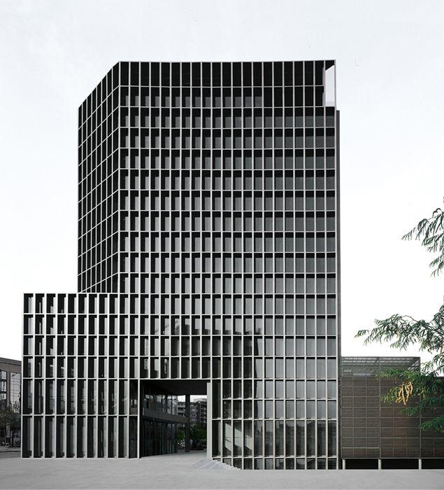 ARQA - Edificio Mediapro - Torre de Oficinas en el Distrito 22- stainless steel frame