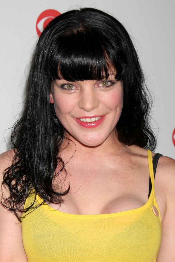 The 47-year old daughter of father (?) and mother Donna Bell, 178 cm tall Pauley Perrette in 2017 photo