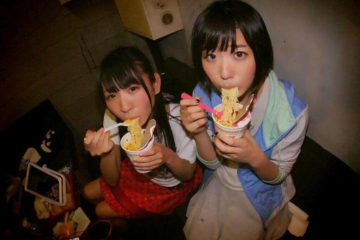 古川未鈴 Furukawa Mirin and 夢眠ねむ Yumemi Nemu of Dempagumi.inc / でんぱ組.inc - enjoying CUP NOODLE
