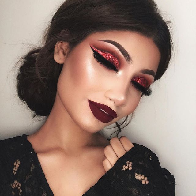 """Here's a super natural look that is perfect for everyday wear. Also no filter of course :) Eyes: @hudabeauty Rose gold palette (sandalwood, henna, maneater, bossy, coco & black truffle in the crease) Red glitter is @shopvioletvoss """"Rose"""" @lillylashes """"Carmel"""" @maccosmetics Eyeshadow """"Nylon"""" in inner corners @anastasiabeverlyhills Dip brow """"chocolate"""" @ofracosmetics X @nikkietutorials Everglow highlighter @maccosmetics Warm soul blush Lips:"""