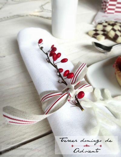 Estamos en el punto álgido de los preparativos navideños, y en Holamama shop, nuestra tienda online, hemos traído aún más cosas bonitas para ayudarte con esos preparativos… Cintas como esta en lino para usar de servilleteros o hacer paquetes bonitos… Sellos para estampar sobre tela, papel o cristal,