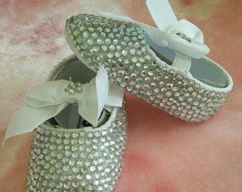 Artículos similares a Bautizo de marfil o blanca de zapatos de bebé y bautizo cristal cruzan Alicia en Etsy