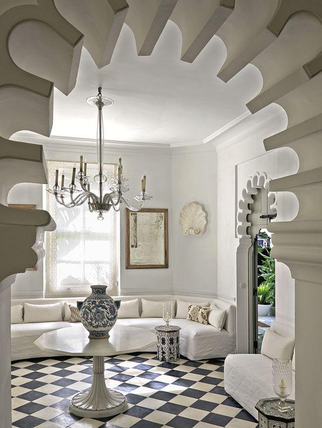 В центре гостиной, оформленной в марокканском стиле, – индийский стол с изникской керамической вазой. На стене – подчеркивающие пространство зеркала с гравировкой конца XIX века. На окнах – шторы Brigitte Perkins; люстра из муранского стекла 1940-х годов