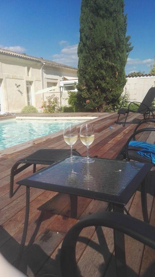 Séjour à Cézac, Aquitaine, France avec piscine chauffante ! Très petit petit bourg très tranquille: kiosque à pizza, toute petite épicerie et bibliothèque à pied. Commerces plus importants à 3km à Cavignac. En plein coeur du vignoble blayais. Le propriétaire nous avait offert une bouteille de vin blanc à notre arrivée.